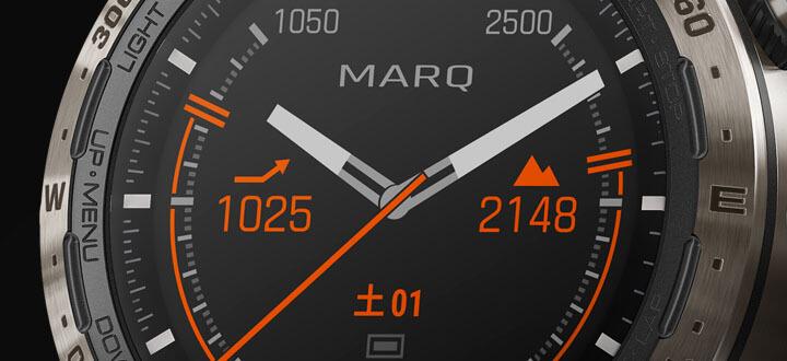 高度計の目盛りが高度の増減を表し、気圧計についた傾向ラインが変化する天気について警告します。